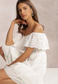 Renee - Biała Sukienka Neadone. Typ kołnierza: dekolt hiszpanka. Kolor: biały. Materiał: materiał. Wzór: haft, ażurowy. Typ sukienki: dopasowane. Styl: boho. Długość: mini