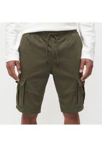 Reserved - Szorty jogger z kieszeniami cargo - Khaki. Kolor: brązowy