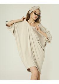 Madnezz - Sukienka Nelly - jasny beż. Kolor: beżowy. Materiał: wiskoza, elastan. Typ sukienki: oversize. Styl: etno