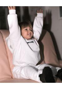 KIDS LOVE - Bawełniana bluza z kapturem Menfi. Typ kołnierza: kaptur. Kolor: biały. Materiał: bawełna. Długość rękawa: długi rękaw. Długość: długie. Wzór: aplikacja. Sezon: zima
