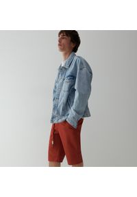 Reserved - Gładkie szorty z paskiem - Bordowy. Kolor: czerwony. Wzór: gładki