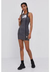 LABELLAMAFIA - LaBellaMafia - Sukienka. Kolor: szary. Wzór: nadruk. Typ sukienki: dopasowane