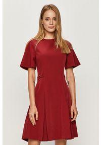 Czerwona sukienka Trussardi Jeans biznesowa, na spotkanie biznesowe, rozkloszowana, mini