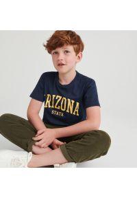 Reserved - Bawełniany t-shirt z napisem - Granatowy. Kolor: niebieski. Materiał: bawełna. Wzór: napisy