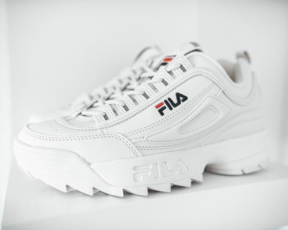 Białe sneakersy damskie – 7 propozycji, które królują w kobiecych stylizacjach