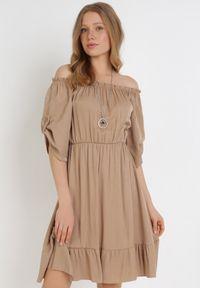 Born2be - Ciemnobeżowa Sukienka Zaehorin. Typ kołnierza: dekolt hiszpanka. Kolor: beżowy. Długość: mini