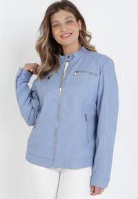 Born2be - Jasnoniebieska Ramoneska Phaisixa. Typ kołnierza: kołnierzyk stójkowy. Kolor: niebieski. Materiał: jeans. Długość rękawa: długi rękaw. Długość: długie. Wzór: aplikacja