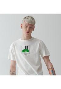 Reserved - T-shirt z autorską grafiką - Kremowy. Kolor: kremowy