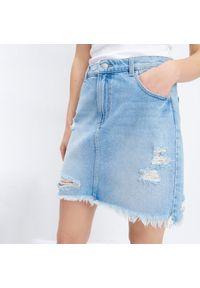 Mohito - Jeansowa spódnica z przetarciami - Niebieski. Kolor: niebieski. Materiał: jeans