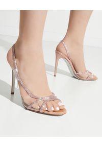 RENE CAOVILLA - Różowe sandały na szpilce. Zapięcie: pasek. Kolor: wielokolorowy, różowy, fioletowy. Wzór: aplikacja, paski. Obcas: na szpilce. Wysokość obcasa: średni