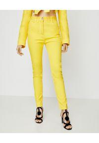 Balmain - BALMAIN - Żółte jeansy z wysokim stanem. Stan: podwyższony. Kolor: żółty. Wzór: aplikacja