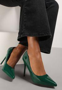 Renee - Oliwkowe Szpilki Veloya. Okazja: na spotkanie biznesowe. Nosek buta: szpiczasty. Zapięcie: bez zapięcia. Kolor: zielony. Wzór: gładki. Materiał: lakier. Obcas: na szpilce. Styl: wizytowy, biznesowy, elegancki. Wysokość obcasa: średni