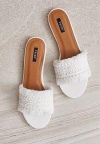 Renee - Białe Klapki Ilarise. Okazja: na co dzień. Nosek buta: otwarty. Kolor: biały. Materiał: bawełna, koronka. Wzór: grochy, kwiaty, koronka. Styl: casual