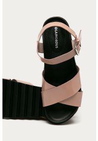 Różowe sandały Glamorous na platformie, bez obcasa, na klamry