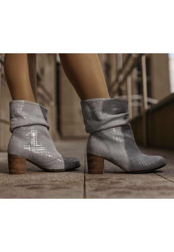 Szare botki Zapato w kolorowe wzory, z cholewką za kolano, wąskie, z cholewką