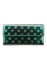 Wittchen - Damski portfel ze skóry lakierowany z monogramem. Kolor: zielony. Materiał: lakier, skóra. Wzór: aplikacja