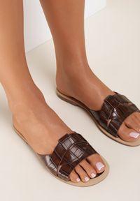 Renee - Camelowe Klapki Tharaseseus. Nosek buta: okrągły. Materiał: skóra. Wzór: motyw zwierzęcy, aplikacja. Obcas: na płaskiej podeszwie