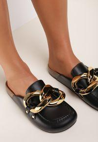 Renee - Czarne Klapki Rogena. Nosek buta: okrągły. Kolor: czarny. Wzór: aplikacja. Styl: elegancki