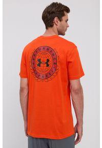 Under Armour - T-shirt. Kolor: pomarańczowy. Materiał: dzianina. Wzór: nadruk