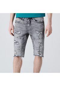 Cropp - Jeansowe szorty slim z dziurami - Jasny szary. Kolor: szary. Materiał: jeans