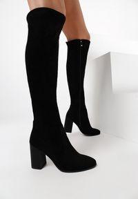 Born2be - Czarne Kozaki Leafbelle. Nosek buta: okrągły. Zapięcie: zamek. Kolor: czarny. Szerokość cholewki: normalna. Wzór: gładki, aplikacja. Obcas: na słupku. Styl: klasyczny