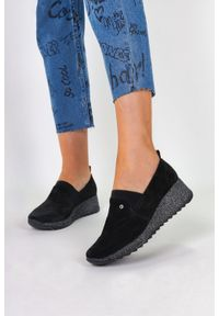 Filippo - Czarne sneakersy filippo skórzane półbuty na brokatowym koturnie dp1500/20bkt. Kolor: czarny. Materiał: skóra. Obcas: na koturnie