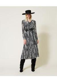 TwinSet - Długa sukienka z krepony w zwierzęcy print Twinset. Kolor: wielokolorowy, biały, czarny. Materiał: tkanina, wiskoza, jedwab. Wzór: motyw zwierzęcy, nadruk. Typ sukienki: asymetryczne. Długość: maxi