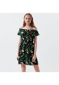 Cropp - Sukienka hiszpanka w kwiaty - Zielony. Typ kołnierza: dekolt hiszpanka. Kolor: zielony. Wzór: kwiaty