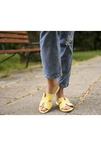 Zapato - damskie klapki na miękkiej podeszwie - skóra naturalna - model 371 - kolor banan. Okazja: na imprezę, na co dzień. Materiał: skóra. Wzór: motyw zwierzęcy, kwiaty, nadruk, kolorowy. Sezon: lato, wiosna. Obcas: na płaskiej podeszwie. Styl: wakacyjny, klasyczny, casual
