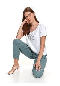 TOP SECRET - T-shirt z napisem. Okazja: na co dzień. Kolor: biały. Materiał: bawełna, tkanina. Długość rękawa: krótki rękaw. Długość: krótkie. Wzór: napisy. Sezon: lato. Styl: casual