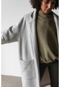 Marsala - Płaszcz typu oversize z miękkiej dzianiny dresowej w kolorze szary melanż - GHOST BY MARSALA. Kolor: szary. Materiał: dresówka, dzianina. Wzór: melanż. Styl: sportowy, elegancki