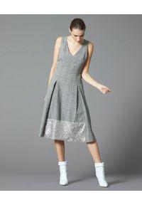 Manila Grace - MANILA GRACE - Szara sukienka w kratę. Typ kołnierza: dekolt w kształcie V. Kolor: szary. Materiał: materiał. Wzór: aplikacja. Styl: elegancki. Długość: midi