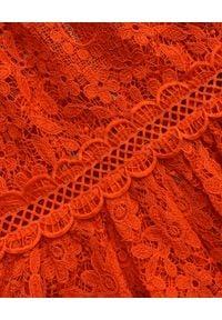 SELF PORTRAIT - Czerwona sukienka midi z koronki. Kolor: czerwony. Materiał: koronka. Wzór: koronka. Typ sukienki: dopasowane, rozkloszowane. Długość: midi