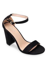 Czarne sandały na słupku SIXTH SENS ze sprzączką, klasyczne, w kolorowe wzory