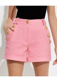 Balmain - BALMAIN - Różowe szorty z guzikami. Kolor: wielokolorowy, fioletowy, różowy. Wzór: aplikacja