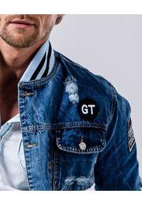 GUNS & TUXEDOS - Jeansowa kurtka z przetarciami Brickell. Kolor: niebieski. Materiał: jeans. Wzór: aplikacja. Sezon: wiosna, lato. Styl: elegancki