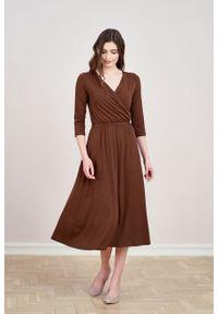 Marie Zélie - Sukienka Rita czekoladowa. Typ kołnierza: dekolt kopertowy. Kolor: brązowy. Materiał: wiskoza, dzianina, materiał, elastan. Długość rękawa: krótki rękaw. Typ sukienki: proste, kopertowe