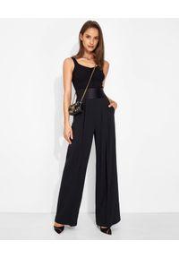 SIMONA CORSELLINI - Czarne spodnie Palazzo. Stan: podwyższony. Kolor: czarny. Materiał: satyna, materiał. Długość: długie. Wzór: aplikacja. Styl: klasyczny