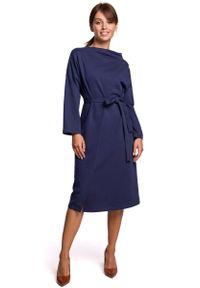 MOE - Niebieska Sukienka Dzianinowa Midi z Asymetrycznym Dekoltem. Kolor: niebieski. Materiał: dzianina. Typ sukienki: asymetryczne. Długość: midi