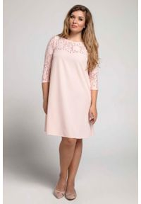 Nommo - Łososiowa Trapezowa Sukienka Wizytowa z Koronką PLUS SIZE. Kolekcja: plus size. Kolor: różowy. Materiał: koronka. Wzór: koronka. Typ sukienki: dla puszystych, trapezowe. Styl: wizytowy