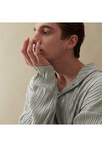 Reserved - Plisowana bluza z kapturem - Jasny szary. Typ kołnierza: kaptur. Kolor: szary