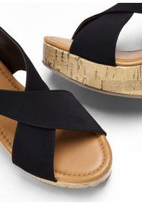 Czarne sandały bonprix na koturnie, z paskami