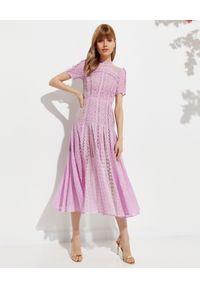SELF PORTRAIT - Liliowa sukienka midi. Okazja: na wesele, na ślub cywilny. Kolor: różowy, wielokolorowy, fioletowy. Materiał: koronka. Wzór: ażurowy, koronka, geometria. Typ sukienki: rozkloszowane, dopasowane. Styl: klasyczny. Długość: midi #1