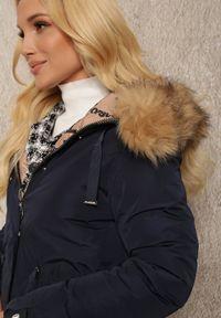 Renee - Granatowa Kurtka Dwustronna Sophone. Kolor: niebieski. Materiał: tkanina, futro. Długość: długie. Wzór: napisy, aplikacja