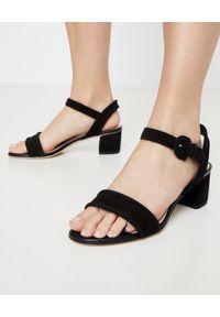 TOD'S - Czarne sandały na obcasie. Okazja: na co dzień. Zapięcie: klamry. Kolor: czarny. Materiał: zamsz. Obcas: na obcasie. Styl: boho, casual. Wysokość obcasa: średni