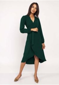 Lanti - Zielona Asymetryczna Sukienka Kopertowa z Wiązanym Paskiem. Kolor: zielony. Materiał: poliester. Typ sukienki: kopertowe, asymetryczne