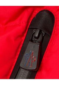 MONCLER - Czerwona kurtka puchowa. Kolor: czerwony. Materiał: puch. Wzór: aplikacja