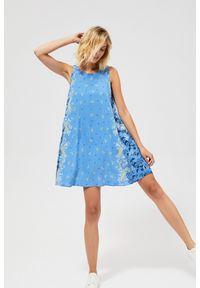 Niebieska sukienka MOODO w kwiaty, casualowa, na co dzień