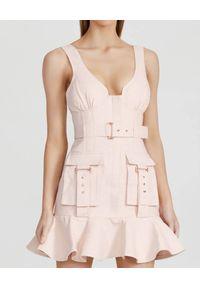 ACLER - Różowa sukienka z falbaną Vermont. Kolor: fioletowy, różowy, wielokolorowy. Materiał: bawełna, tkanina, len. Wzór: moro. Styl: militarny. Długość: mini