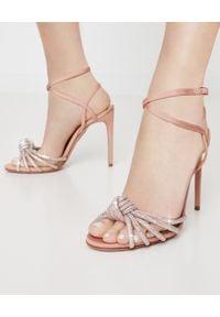 AQUAZZURA - Sandały na szpilce Celeste. Nosek buta: okrągły. Zapięcie: pasek. Kolor: beżowy. Materiał: materiał. Wzór: paski. Obcas: na szpilce. Styl: wizytowy, elegancki. Wysokość obcasa: średni